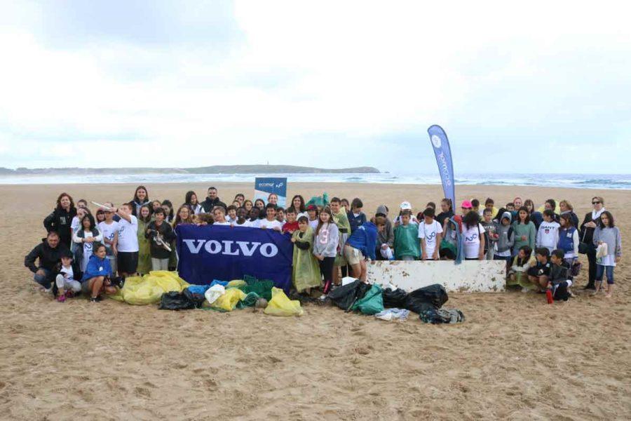 Recogida de basura en la playa niños
